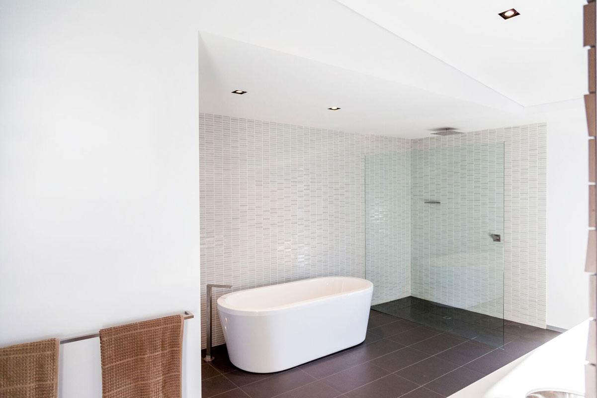 Interior design luxury bathroom in Dalkeith, Perth by Perth Architect Threadgold Architecture.